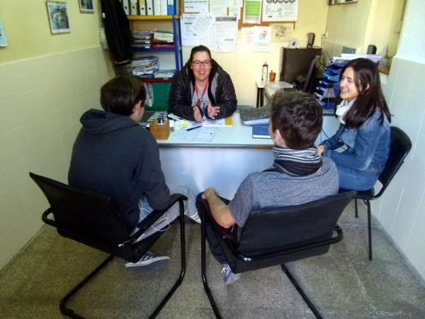 Desde información y acogida los jóvenes conocen los programas que pueden realizar en el Centre Jovent.