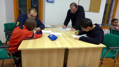 Niños haciendo refuerzo escolar
