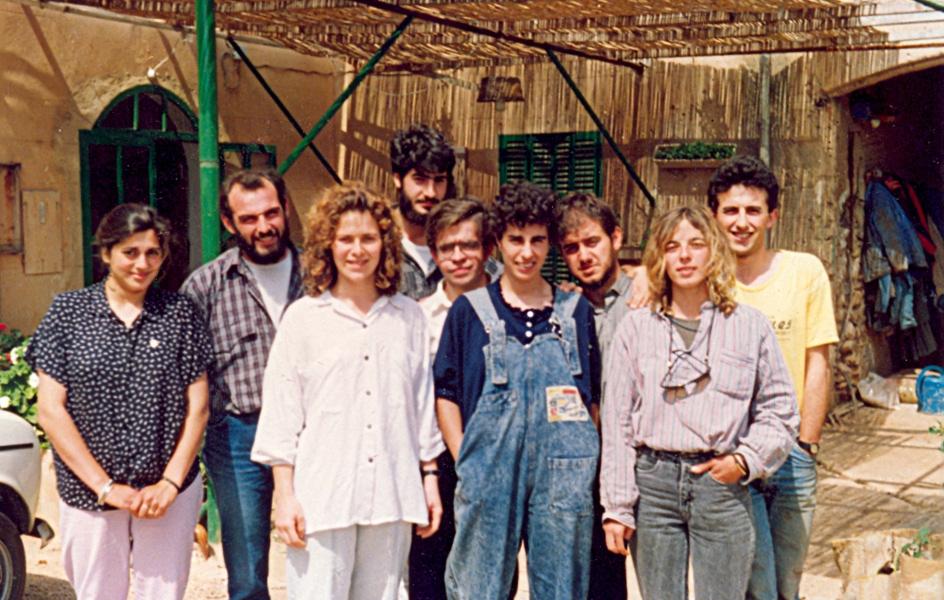 El equipo de la cooperativa Jovent en el patio de Son Gibert (1987).